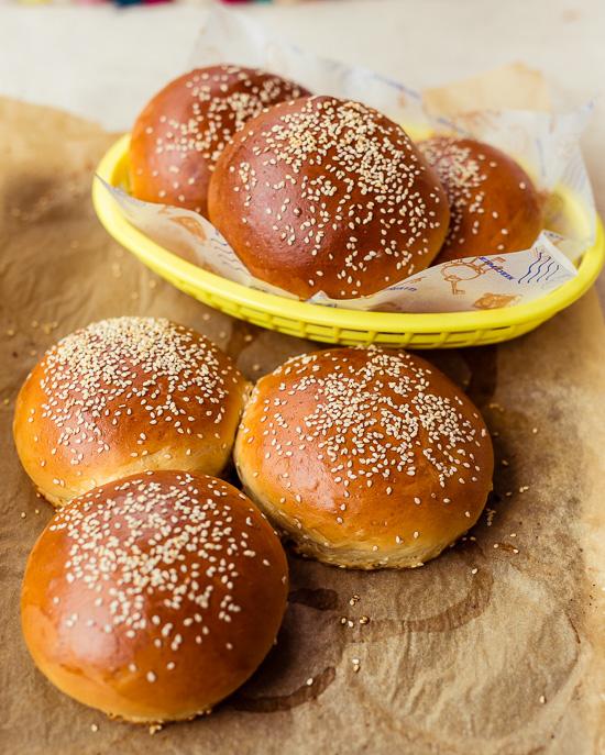 Diese Hamburger Brötchen aus Dinkelmehl findest Du in meinem Buch School of Baking