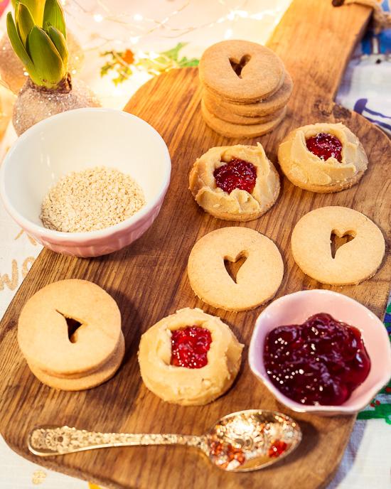 Auf dem Bild kannst Du ganz gut erkennen, wie man die Tahini Kekse mit Halva Füllung zusammensetzt