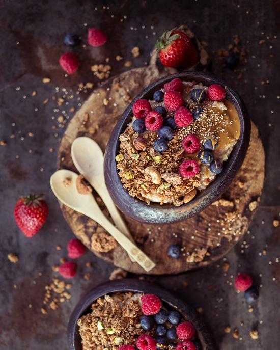 Das Rezept für das Granola auf dem Bircher Müsli findest Du in Backen mit Love