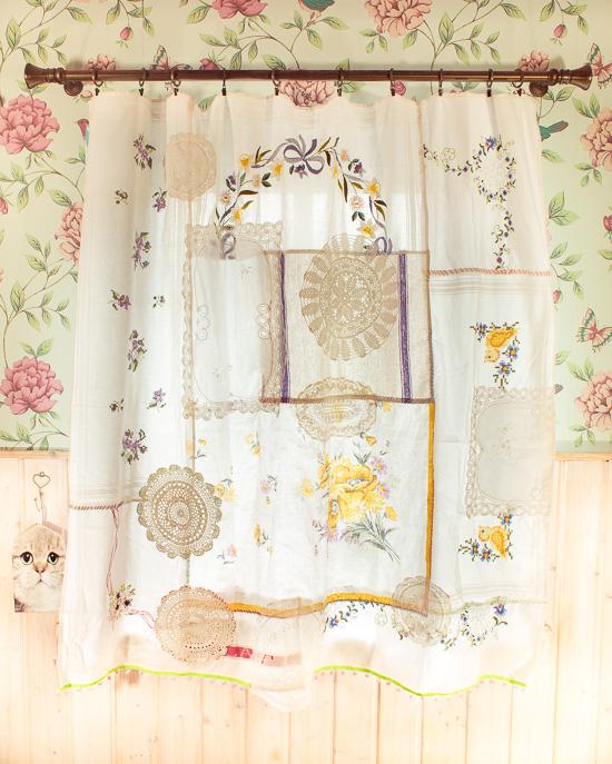 Ich habe diesen Vorhang aus allen möglichen Decken zusammengenäht