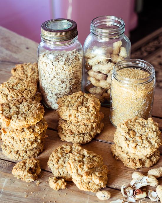 Das Rezept für diese Haferflocken Erdnuss Kekse findest Du in Backen Mit Love
