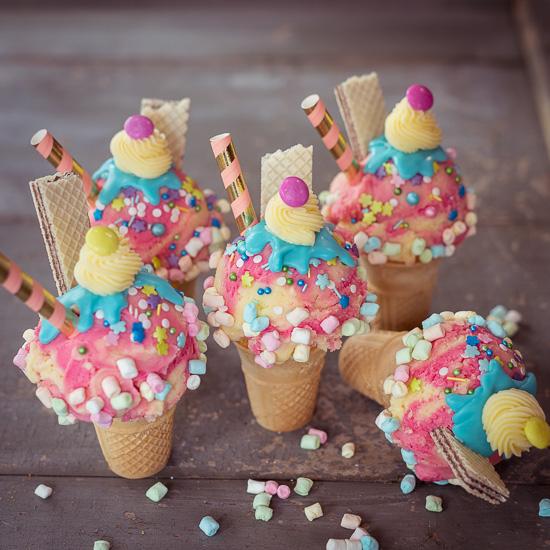 Unter der Buttercreme sind Muffins in Eiswaffeln gebacken