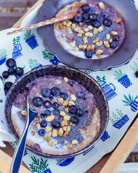 Ich liebe warmes Porridge mit Blaubeeren zum Frühstück