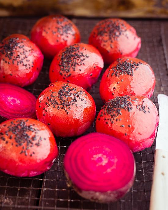 Die Roten Hamburger Brötchen sind mit Rote Beete Saft gefärbt