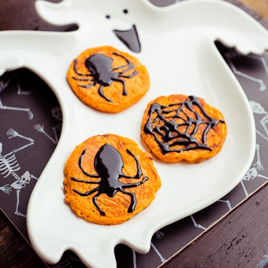 Das Grundrezept für die Halloween Pancakes findest Du in School of Baking