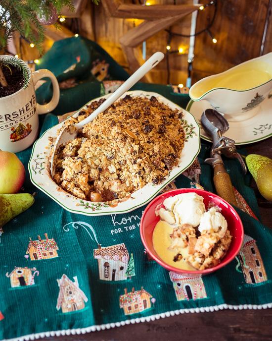 Christmas Crumble mit Äpfeln, Brandycreme und Eis