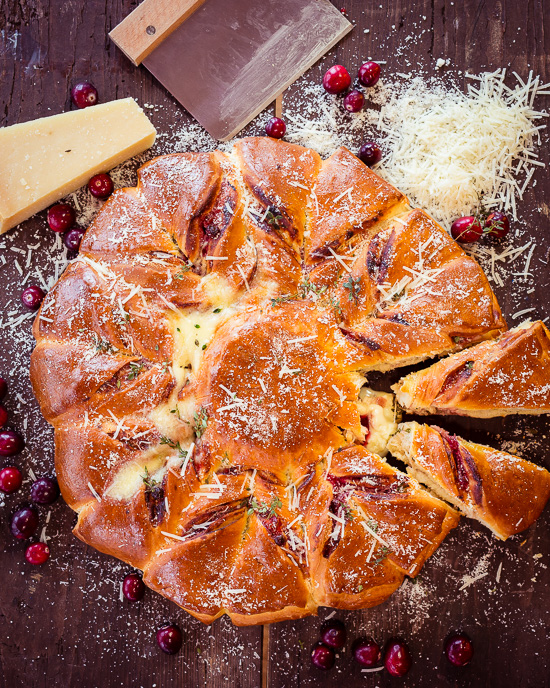 Bei dem Pizza Fondue Stern kommt der Effekt durch den eingebackenen Camembert