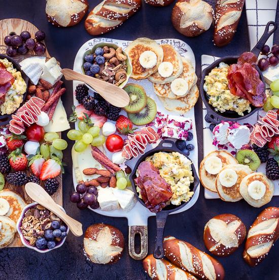 Das Frühstücksbrett habe ich als Charcuterie Board angerichtet