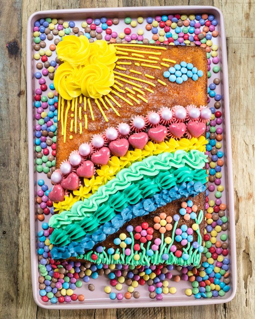 Der Regenbogenkuchen ist ein Victoria Sponge aus Backen Mit Love
