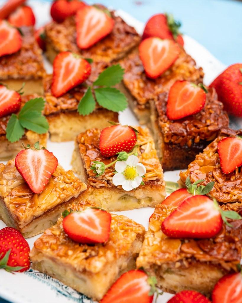 Rahbarber Erdbeer Kuchen mit Mandelhaube