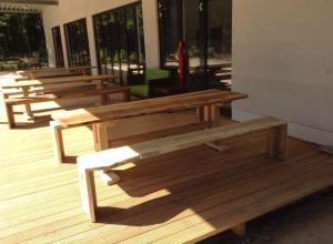 Die ersten rustikalen Sitzmöbel aus Eichenholz für den Baumwipfel Pfad in Beelitz- Heilstätten