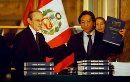 Salomón Lerner le entrega a Alejandro Toledo Infome de la CVR