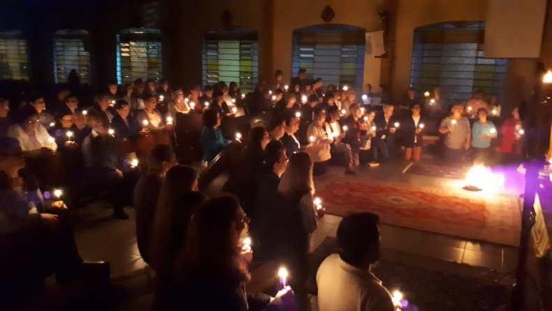 Lucernário de preparação para a Páscoa emociona paroquianos em Curitiba