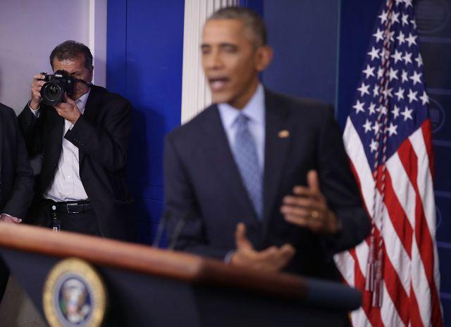 White House Chief Photographer Pete Souza takes photos of Barack Obama.