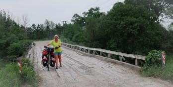 Bij onverharde wegen horen ook gammele bruggetjes