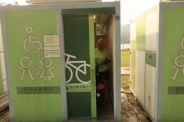 de fiets mee in het toilet