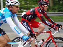 Renners in de buurt van de Spijkenisserbrug (foto: © Tim van Hengel/Cyclingstory.nl)