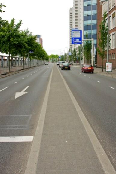 De Boompjes, langs de Nieuwe Maas, waarover de renners vanaf de Erasmusbrug naar de Willemsbrug rijden. (foto: © 2010 Laurens Alblas)