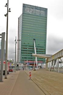 Ook voor het KPN-gebouw wordt de laatste hand gelegd aan de stoep. (foto: © 2010 Laurens Alblas)