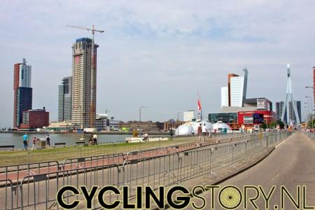 Rotterdam, vanmiddag half één. Langs het parcours achter de Kop van Zuid is het nog rustig (foto: © Laurens Alblas/Cyclingstory.nl)
