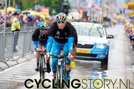 Terwijl enkele renners nog wat rondjes over het parcours rijden is het gaan regenen (foto: © Laurens Alblas/Cyclingstory.nl)