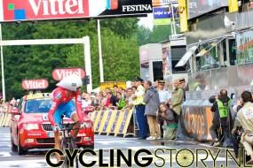 Andy Schleck komt over de finish en kijkt achterom om zijn tijd te zien (foto: © Laurens Alblas/Cyclingstory.nl)