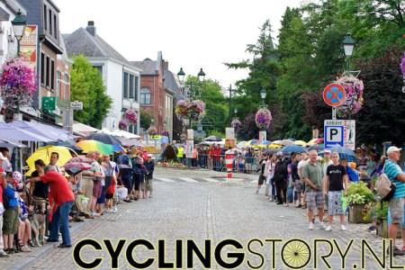 Inmiddels kwamen enkele regenbuien over, maar het publiek liet zich niet gemakkelijk wegjagen (foto: © Laurens Alblas/Cyclingstory.nl)
