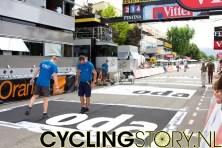 Elke dag heeft de Tourstaf weer flink wat werk. Hier wordt de Skoda-reclame op het asfalt gespoten (foto: © Laurens Alblas/Cyclingstory.nl)