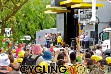 Na de finish liep iedereen uit om de huldigingen op het podium te zien. Andy Schleck behoudt het geel (foto: © Laurens Alblas/Cyclingstory.nl)