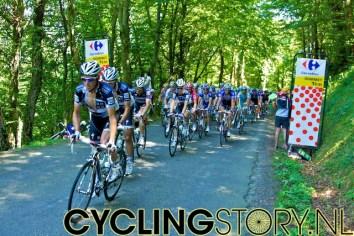 Ongeveer negen minuten later passeert het peloton, met Saxo Bank op kop (foto: © Laurens Alblas/Cyclingstory.nl)