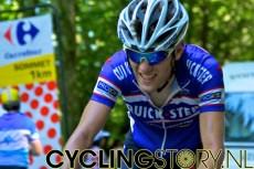 Kevin Seeldraeyers was de laatste renner en werd op de voet gevolgd door de bezemwagen (foto: © Laurens Alblas/Cyclingstory.nl)