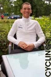 We gingen door naar de Rabobank waar de persconferentie op het punt van beginnen stond. Maarten Tjallingii zat al te wachten (foto: © Laurens Alblas/Cyclingstory.nl)