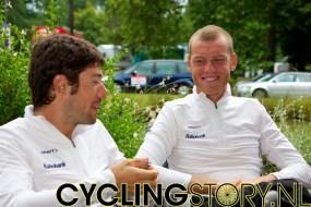 Tijdens de persconferentie hadden Oscar Freire en Lars Boom ook een gezellig onderonsje (foto: © Laurens Alblas/Cyclingstory.nl)
