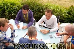 Na de aankondiging was Koos natuurlijk het middelpunt van de belangstelling (foto: © Laurens Alblas/Cyclingstory.nl)