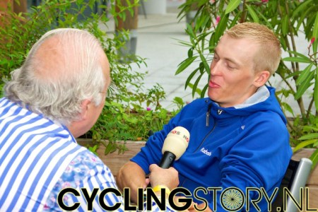 Ook Robert Geesink mocht daarna bij Mart Smeets op gesprek komen (foto: © Laurens Alblas/Cyclingstory.nl)