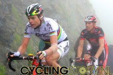Cadel Evans komt laat langs en lijkt er wederom doorheen te zitten (foto: © Laurens Alblas/Cyclingstory.nl)
