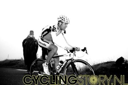 Carlos Sastre komt na zijn eerdere vlucht laat de Tourmalet op, alleen op de grote berg (foto: © Laurens Alblas/Cyclingstory.nl)