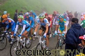 De laatste groep renners rijdt gezamenlijk de berg op (foto: © Laurens Alblas/Cyclingstory.nl)