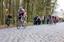 Philippe Gilbert is de eerste van de renners die de klim op rijdt. (foto: © Laurens Alblas / Cyclingstory.nl)