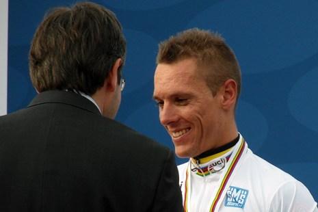 Philippe Gilbert neemt de felicitaties en de regenboogtrui in ontvangst. (foto: © Tim van Hengel / cyclingstory.nl)