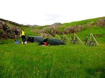 Tältning på Färöarna med tunneltält.