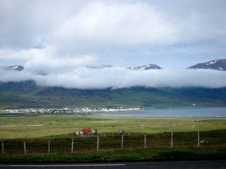 Samhälle på Island med berg i bakgrunden