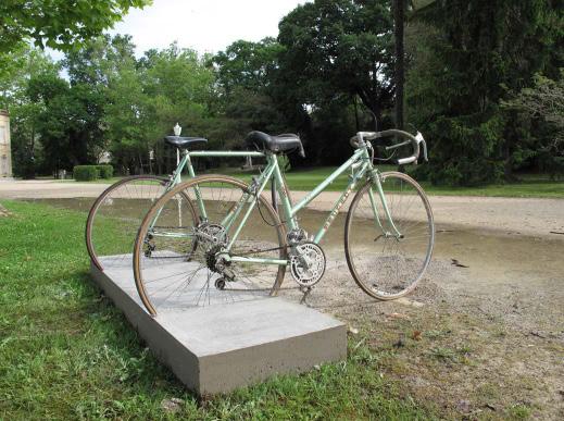 Stoppage, 2010 dalle de béton, vélos 155 x 200 x 95 cm, Exposition Espacée, Domaine du Château d'Avignon, Les Saintes marie de la mer.