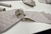 Papier peint aux motifs géométrique plié en structure à géométrie variable. numéro 2
