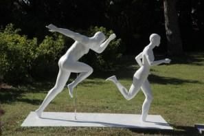 L'enlèvement des Sabines, deux mannequins de sport, un homme et une femme en résine blanche laqué, courent sur un chemin du parc de la maison blanche à Marseille. Festival les arts éphémères