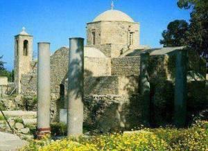 Στήλη Αποστόλου Παύλου και Εκκλησία Παναγίας Χρυσοπολίτισσας Πηγή: Kυπριακός Οργανισμός Τουρισμού Κυπριακής Δημοκρατίας