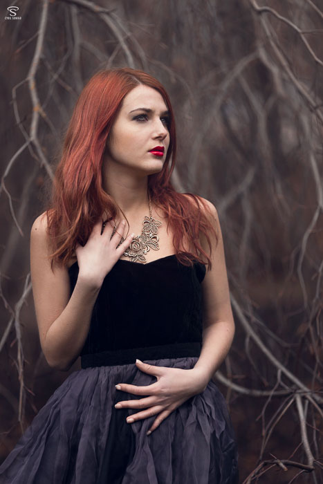 Photographie romantique d'une jeune femme rousse réalisée par le photographie Cyril Sonigo à Vincennes