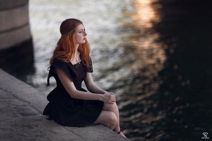 La petite robe noire portée en été avec élégance et chic dans une série de portrait par le photographe portrait Cyril Sonigo à Paris