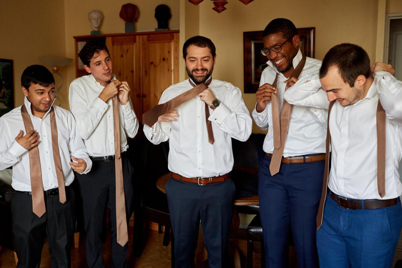 Préparatifs du marié avec ses garçons d'honneur