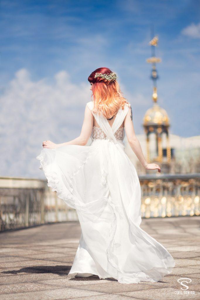Photo inspiration mariage réalisée au Printemps Haussmann, sous la verrière et sur les toits de Paris. Gaby Owl porte une robe de mariage d'Alberta Ferretti, prise en photo par le photographe de mariage Cyril Sonigo
